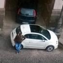 via_del_sole_la_caserma_dei_vigili_viene_usata_come_parcheggio_illegale_dagli_abusivi3.jpg