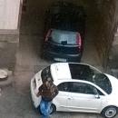 via_del_sole_la_caserma_dei_vigili_viene_usata_come_parcheggio_illegale_dagli_abusivi4.jpg