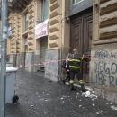 maltempo_crollo_a_via_guglielmo_sanfelice_i_vigili_del__fuoco_aiutano_gli_abitanti_ad_uscire_dal_palazzo3.jpg