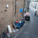 a_a_a_a_capodanno_della_vergogna_sacchetti_appesi_alle_rampe_paggeria_dal_31_notte3.jpg