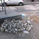 papa_a_napoli_sanpietrini_ammassati_ai_bordi_delle_strade.jpg
