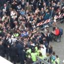 papa_forza_il_cordone_di_sicurezza_per_abbracciare_gli_ammalati.jpg