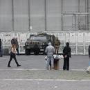 mercato_abusivo_fuori_la_prefettura_e_davanti_ai_militari_13.jpg
