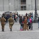 mercato_abusivo_fuori_la_prefettura_e_davanti_ai_militari_3.jpg