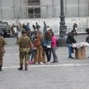 mercato_abusivo_fuori_la_prefettura_e_davanti_ai_militari_4.jpg