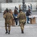 mercato_abusivo_fuori_la_prefettura_e_davanti_ai_militari_7.jpg