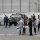 mercato_abusivo_fuori_la_prefettura_e_davanti_ai_militari_9.jpg