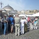 i_turisti_ammirano_il_capannone.jpg