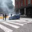 un_auto_prende_fuoco_prima_di_via_chiatamone_intervengono_i_vigili_.jpg