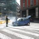 un_auto_prende_fuoco_prima_di_via_chiatamone_intervengono_i_vigili_5.jpg