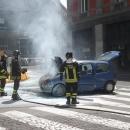 un_auto_prende_fuoco_prima_di_via_chiatamone_intervengono_i_vigili_6.jpg