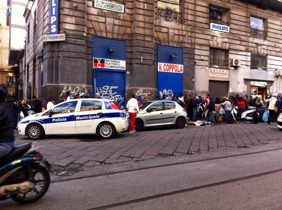 Napoli porta nolana continua il mercatino della - Mercato di porta nolana ...