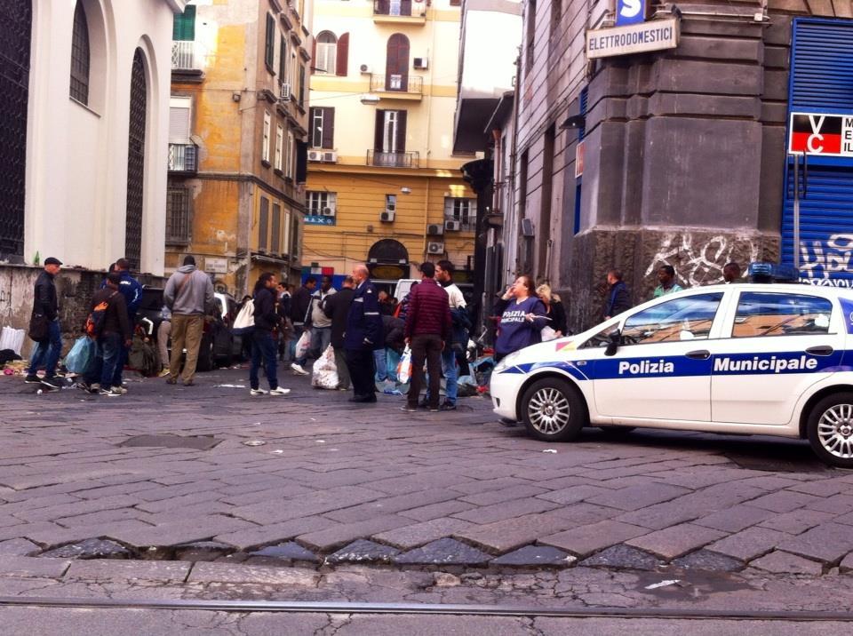 Napoli rissa tra residenti e abusivi a porta nolana - Mercato di porta nolana ...