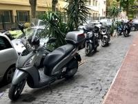 3_vomero_motocicli_parcheggiati_sul_marciapiede.jpg