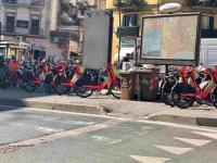 napoli_piazza_degli_artisti_marciapiede_occupato_da_mezzi_a_due_ruote.jpg